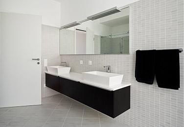 salle de bain avec vitre